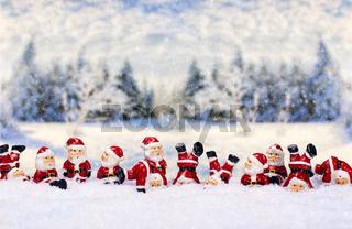 Weihnachtsmänner vor Winterlandschaft