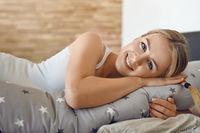 Hübsche junge Frau mit Stillkissen