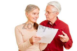 Paar Senioren mit Brief mit schlechten Nachrichten