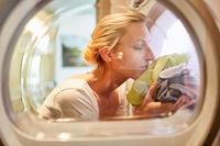 Hausfrau mit frischer Wäsche im Wäschetrockner
