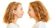 Zwei Frauen als Zwillinge oder Geschwister
