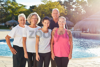 Senioren Gruppe steht am Swimmingpool