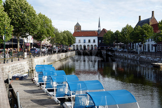 Blick über den Kanal Damsche Vaart auf den Ort Sluis