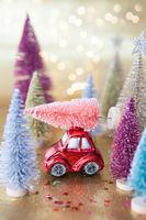 Kleines Auto mit Christbaum