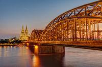 Die beleuchtete Hohenzollernbrücke an der Kölner Dom