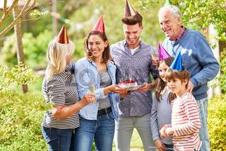 Erweiterte Familie feiert Geburtstag im Garten