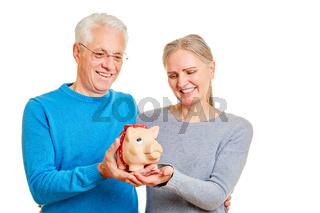 Senioren Paar mit Sparschwein als Vorsorge