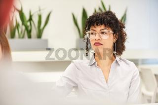 Business Frau denkt über ein Problem nach