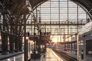Sonnenuntergang am Frankfurter Bahnhof mit Gleisen