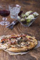 Rustikale hausgemachte Pilzpizza