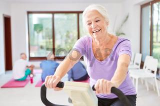 Senior Frau hat Spaß beim Ausdauer Training