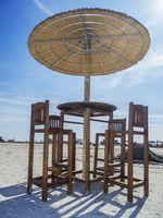 Strandbar mit Sonnenschirm