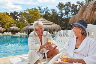 Senioren Paar im Spa Hotel am Pool