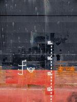 Nahaufnahme der Tiefgangsmarken eines Schiffes