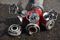 Der Verteiler ist eine wasserführende Armatur der Feuerwehr zum Verteilen des Löschmittels auf mehrere Schlauchleitungen