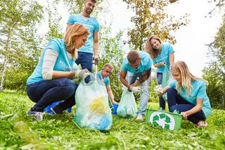 Freiwillige Helfer beim Müll sammeln