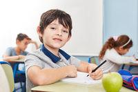 Schüler schreibt einen Test oder ein Diktat