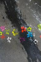 bunte blumensymbole auf asphalt