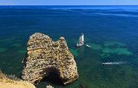 Felsnadel und Segelboot am Camilo Strand, Praia do Camilo, Lagos, Algarve, Portugal