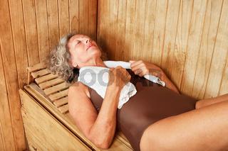Alte Frau entspannt in der Sauna