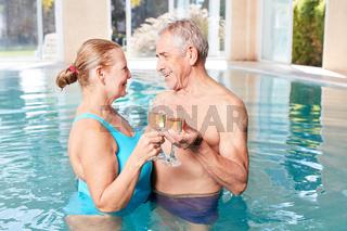 Verliebtes Senioren Paar feiert mit Sekt