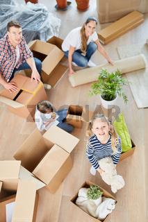 Familie beim Packen von Umzugskartons