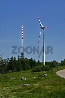 Sendemast und Windrad auf der Hornisgrinde im Schwarzwald