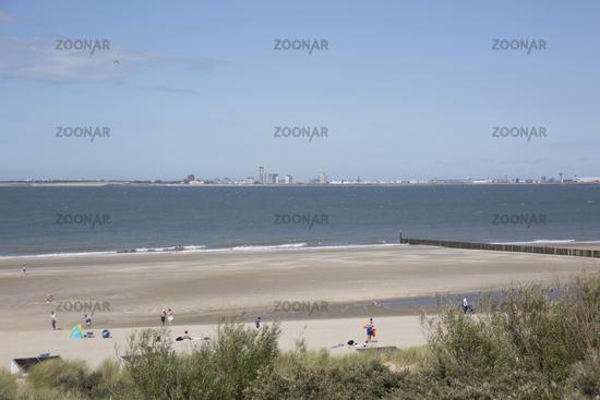 Küstenschutz durch hölzerne Buhnen am Sandstrand, im Hintergrund Vlissingen