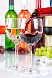 Wein einschenken eingießen Weinflasche Weinglas Rotwein Hochformat Flasche