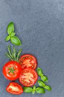 Tomaten mit Basilikum Gemüse von oben Schieferplatte Hochformat Textfreiraum Copyspace