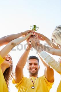 Stolzer Mann hält den Sieger Pokal