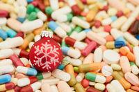Viele bunte Medikamente zu Weihnachten