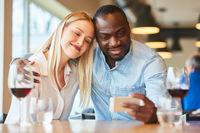 Verliebte junges Paar macht ein Selfie Foto