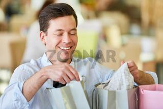 Glücklicher Mann als Kunde beim Shopping