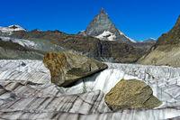 Grosse Felsblöcke werden vom Gornergletscher talwärts transportiert,Zermatt, Wallis, Schweiz