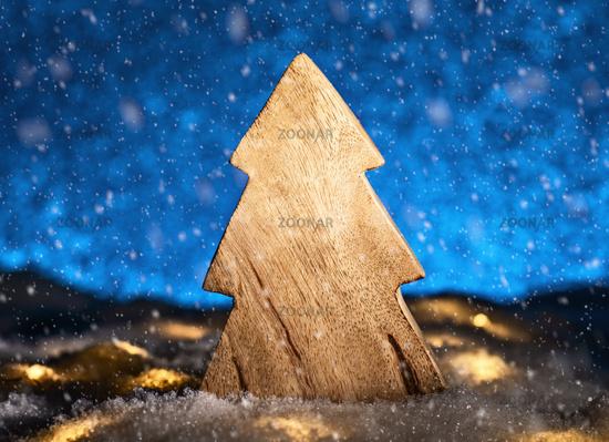 Weihnachtsbaum aus Holz vor blauem Hintergrund