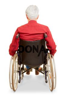Mann als Rollstuhlfahrer von hinten