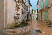 Straße mit Brunnen