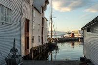 Hafen von Ålesund mit Leuchtfeuer