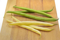 Grüne und gelbe Bohnen auf Holzbrettchen