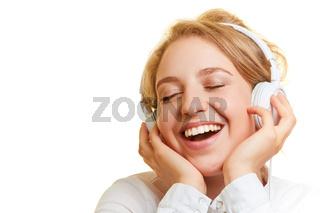 Frau bei Musik hören über Kopfhörer