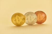 Bitcoin Münzen in Gold Silber Bronze