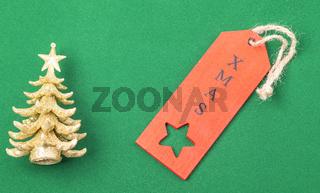 Glänzender Weihnachtsbaum mit rotem Etikett