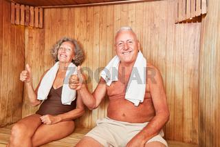 Glückliches Senioren Paar genießt die Sauna