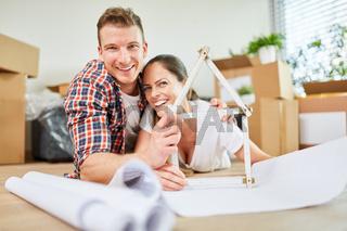 Paar bei Planung von Hausbau