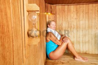 Senior Frau genießt die Sauna im Spa