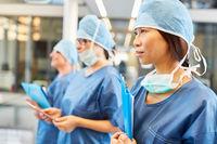 Junge asiatische Ärztin als Chirurgin der Notfall Klinik