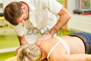Heilpraktiker behandelt Patientin mit Chiropraktik