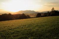 Wiese im Sonnenaufgang