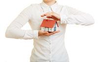 Hände halten Haus als Versicherung Konzept